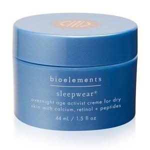 """Bioelements Age Activist Overnight Sleepwear Nattkrem for tørr og kombinert hud, med kalsium, retinol og peptider virker over natten for å jevne utseende på linjer og rynker da den dramatisk forbedrer fuktighet og tone. Med Sleepwears pålitelige """"drømmeteam""""-formel av kalsium, retinol, peptider og tranebærfrøolje, blir tørr hud fylt og energisk."""