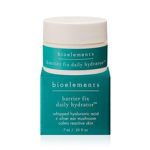 Bioelements Barrier Fix Daily Hydrator er en klinisk fuktighetsgivende behandling for å målrette irritasjon og styrke sensitiv hudbarriere. Denne blandingen av fuktighetslående hyaluronsyre pluss kinesisk øre-sopp skyver fuktighet dypt inn i huden, for å beskytte mot betennelse og hjelpe til med å gjenopprette skader på barrieren. Reduserer tegn på overaktiv hud med rødhetsreduserende naturlige planteglukosider og ceramider. Pakket med en praktisk spatel for å holde formelen effektiv, sikker og fri for forurensning.