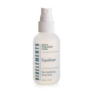 Bioelements Equalizer er en alkoholfri toner / hudvann som passer for alle hudtyper og inneholder mykgjørende kinesiske urter, kamille ekstrakt og aromatiske oljer som styrker og balanserer huden. Equalizer gir fuktighet til huden, rebalanserer og styrker huden din skånsomt. Den påføres renset hud og gjør huden klar til å motta mest mulig av det din krem har å by på.
