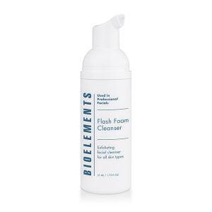 Bioelements Flash Foam Cleanser, er en eksfolierende skumrens for alle hudtyper med naturlige enzymer som fjerner døde hudceller, urenheter, smuss og sminkerester og i tillegg gir en peelingeffekt.