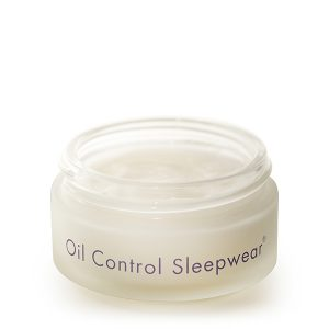 """Bioelements Oil Control Sleepwear en er nattkrem som passer til aldrende kombinert til fet hud. Med Sleepwears pålitelige """"dream-team""""-formel av kalsium, retinol, peptider og vitamin E, jobber denne nattkremen mens du sover for å kontrollere olje i huden samtidig som den gir fuktighet og glatter ut linjer og rynker."""