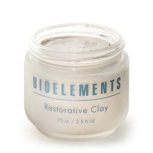 Bioelements Corrective Treatment Masks + Exfoliators Restorative Clay er en leirebasert maske som forbedrer porene og absorberer overflødig olje. Restorative Clay bleker, renser og trekker sammen porene, øker blobsirkulasjonen og gir deg en øyeblikkelig følelse av sunnere hud.